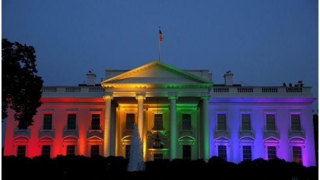 La Casa Blanca fue iluminada con los colores del arcoiris cuando la Corte Suprema de Justicia declaró la constitucionalidad del matrimonio homosexual.