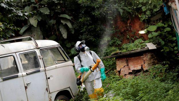 Homem tentando erradicar o mosquito