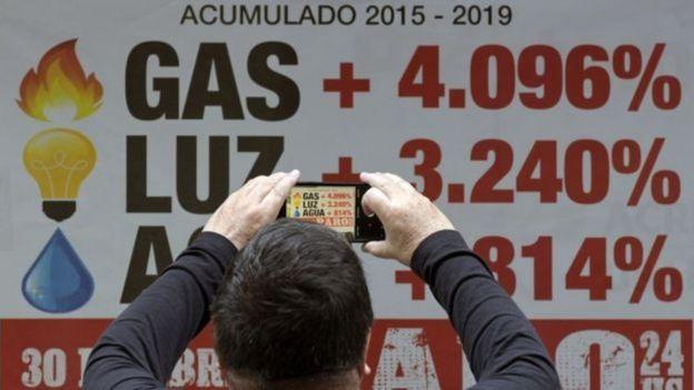 Homem fotografando dados na Argentina