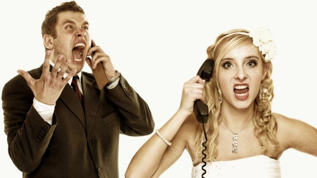 Homem e mulher falando ao telefone