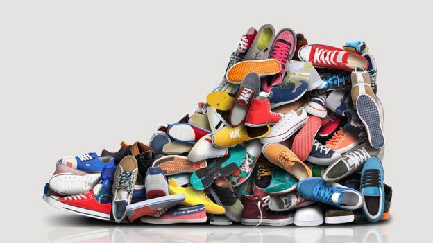 Una zapatilla hecha de pequeñas zapatillas.