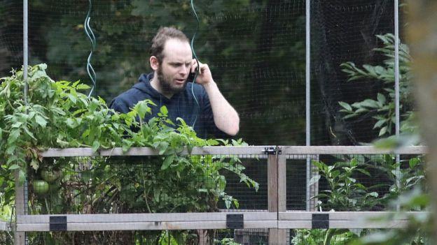 Joshua Boyle hablando por teléfono