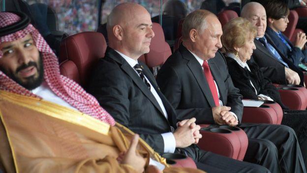Así ven el partido desde el palco el príncipe saudita Mohammed bin Salman, el presidente de la FIFA Gianni Infantino y el presidente ruso, Vladimir Putin.