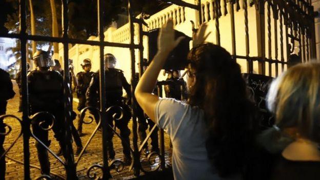 Protesta en las afueras de la residencia del gobernador de Puerto Rico