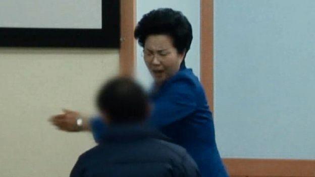 Una imagen tomada de un documental de SBS muestra cómo la señora Shin abofetea a uno de los feligreses