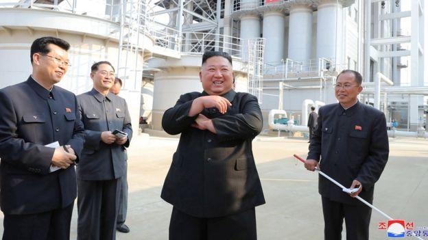 El líder de Corea del Norte, Kim Jong-un, visita una fábrica de fertilizantes en el norte de Pyongyang, supuestamente el 2 de mayo de 2020
