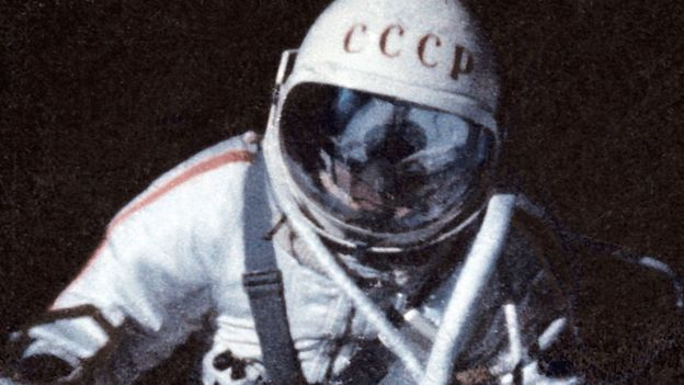 Alexei Leonov durante a caminhada espacial de 1965