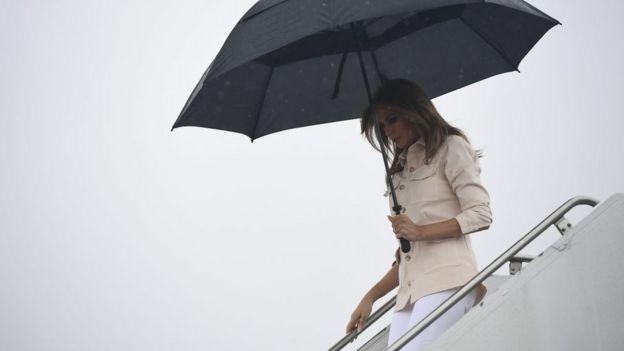 В літаку Меланія Трамп змінила куртку, яка викликала масову критику