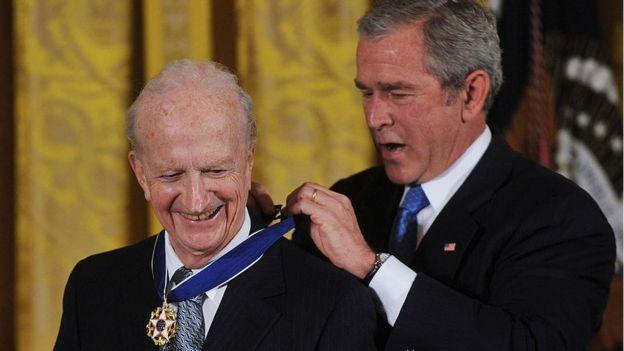 Gary Becker recebe a medalha do então presidente George W. Bush