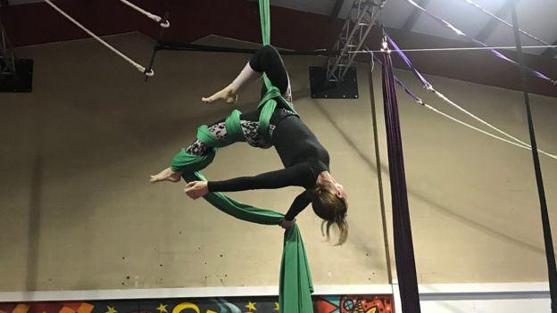 La tela acrobática se inspira en las actuaciones circenses.
