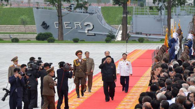Kim Jong-un frente al USS Pueblo