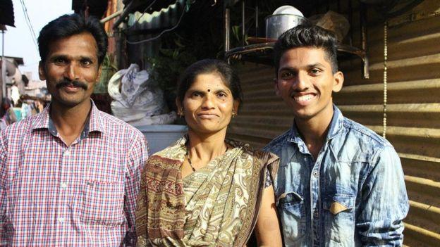 أومكار مع والديْه