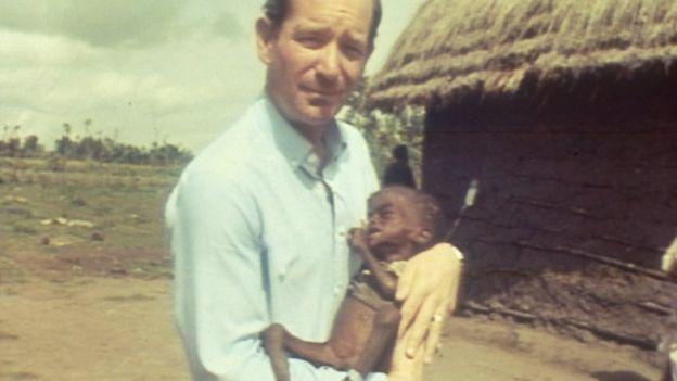 1984年埃塞俄比亞大饑荒,前往報道新聞的BBC記者手捧一名當地饑饉的兒童