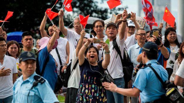 Pengunjuk rasa pro-Beijing mendukung para polisi