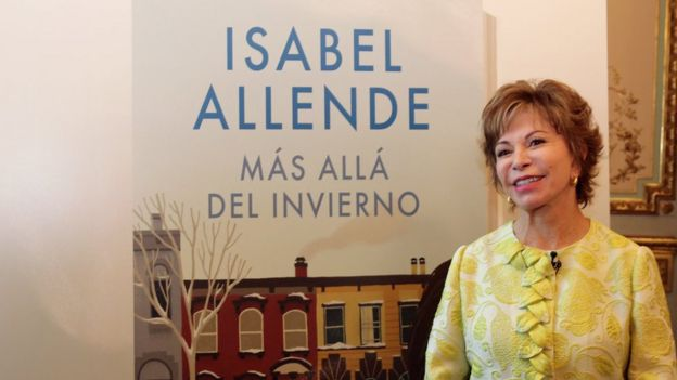 """Isabel Allende con la portada de su libro """"Más allá del invierno"""""""