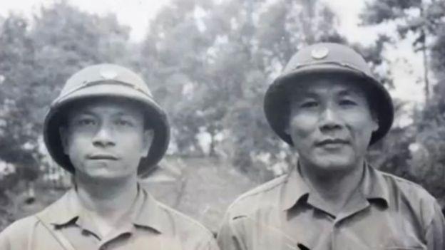 Chính ủy Bùi Văn Tùng (phải) cùng bạn chiến đấu Lữ trưởng lữ thiết giáp 203 Nguyễn Tất Tài, Dinh Độc Lập trưa ngày 30/4/1975