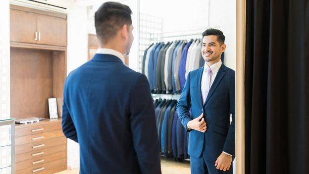 Hombre comprando ropa.