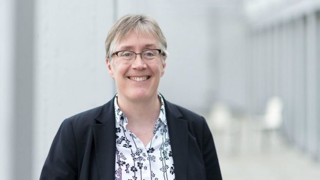 Retrato da pesquisadora Joanna Bryson sorrindo, com fundo neutro