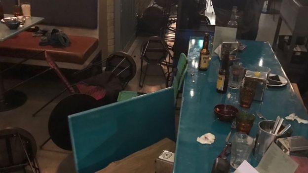 Sillas en el suelo en un restaurante.