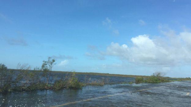 Carretera invadida por el agua
