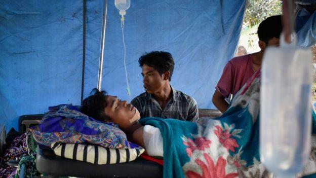 ناج من الزلزال يتلقى العلاج في مأوى مؤقت في لومبوك