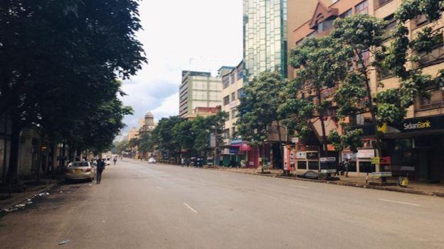 Barabara nyingi za mji wa Nairobi zilisalia kuwa mahame mda mfupi kabla ya amri ya kutotoka nje kuanza kutekelezwa