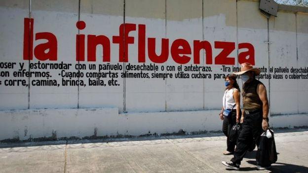 Pessoas diante de mural no México em 2009