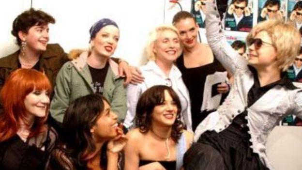 Winona Ryder, Debbie Harry e outras pessoas em evento com Knoop e Albert