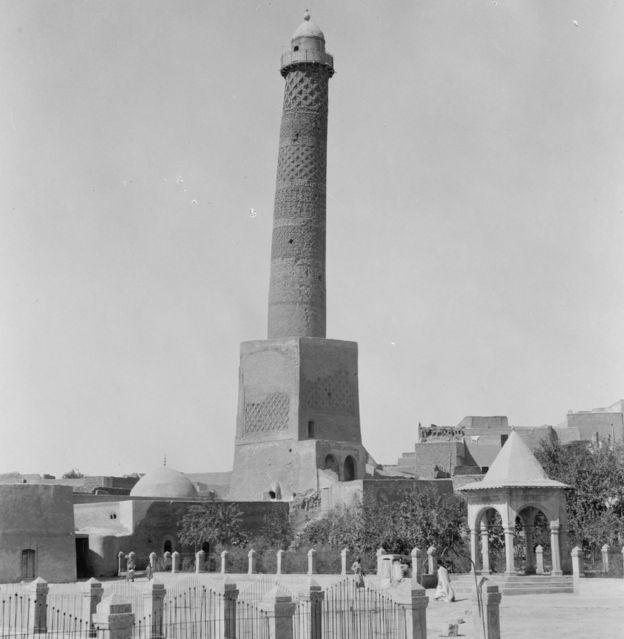 1932'de Musul'daki El-Nuri Camii'nin Hadba minaresini gösteren fotoğraf