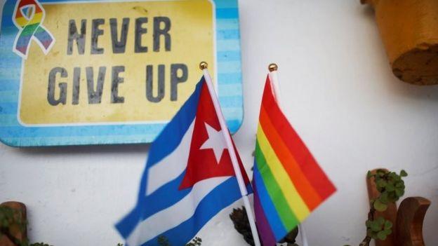 Bandera de Cuba y del movimiento LGBTI en la oficina de un activista cubano.
