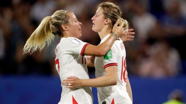 Las jugadoras de Inglaterra Rachel Daly y Ellen White celebran el primer gol de su equipo