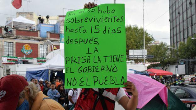 Pancarta contra el gobierno en uno de los operativos de rescate en Ciudad de México.