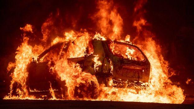 Auto en llamas