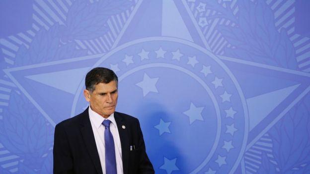 General Santos Cruz em frente a painel com emblema brasileiro