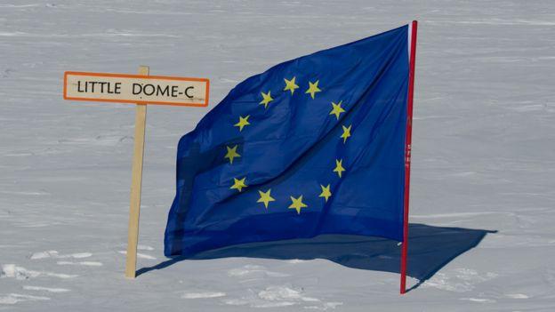 Bandera de la UE al lado de una señal Little Dome C