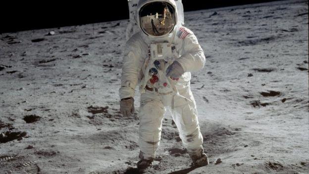 Buzz Aldrin caminha na Lua