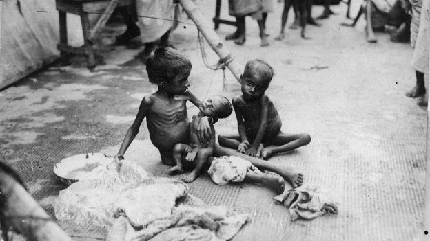 Niños sufriendo de inanición en India, 1943