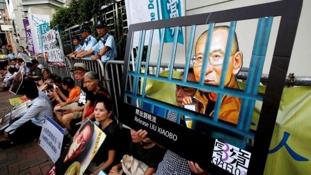 香港集会人士在中联办大门示威,要求释放刘晓波