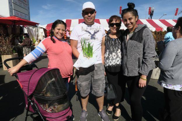 Gia đình người Mễ đi chợ Tết Phước Lộc Thọ