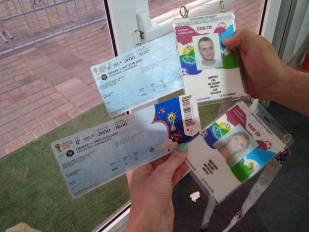 Ingressos e crachás do casal russo para assistir o jogo da seleção brasileira
