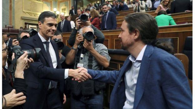 Pedro Sánchez saluda al líder de Podemos, Pablo Iglesias.