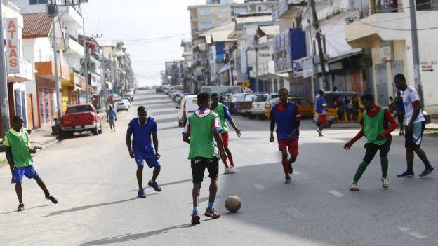 شباب يلعبون كرة القدم في شوارع مورنوفيا
