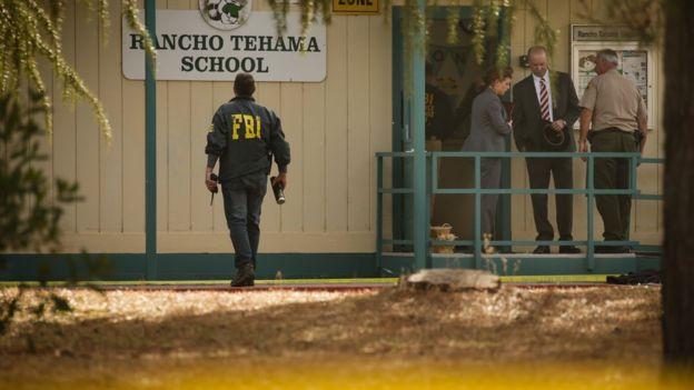 Agentes del FBI en una escuela donde se produjo un tiroteo.