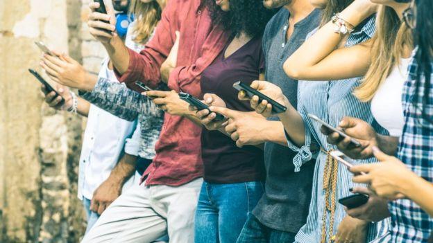 Personas jóvenes con su celular.
