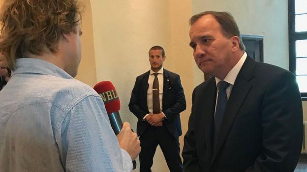 Stefan Löfven dando entrevistas ao chegar à Corte em Estocolmo