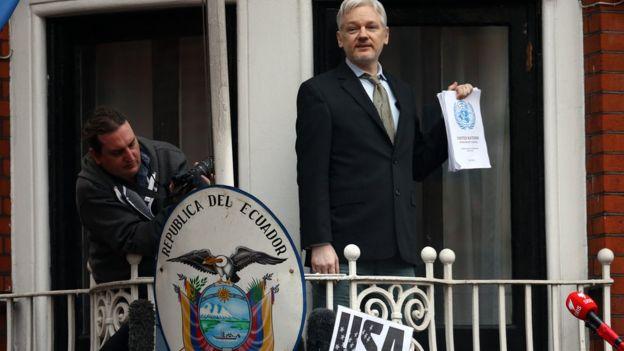 Julian Assange en la embajada de Ecuador en Londres