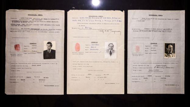 Los pasaportes de la Cruz Roja, con nombres falsos, usados por Josef Mengele, Klaus Barbie y Adolf Eichmann.