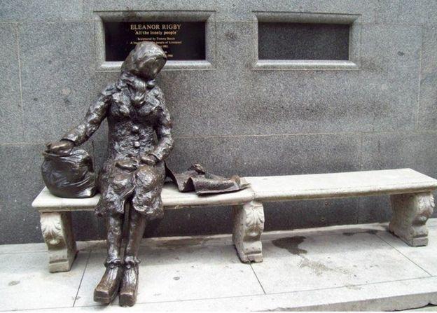 Памятник героине песни Элинор Ригби