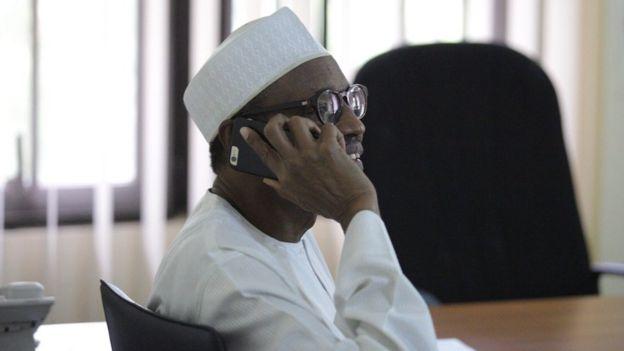 Muhammadu Buhari hablando con Goodluck Jonathan al teléfono tras ganar las elecciones.