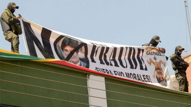 Em diferentes departamentos da Bolívia, a polícia se rebelou contra o governo